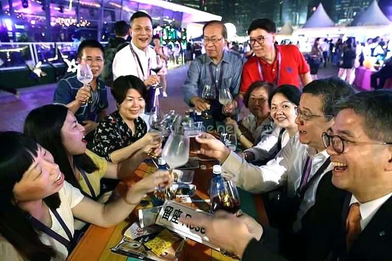 People enjoy during the CCB (Asia) Hong Kong Wine & Dine Festival at on October 25, 2018 in Hong Kong, Hong Kong. The event celebrated its 10th anniversary this year. (Photo by Chung Sung-Jun/Getty Images for Hong Kong Tourism Board)